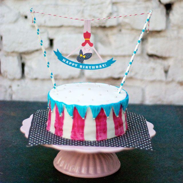 Für die Zirkus-Gebursttagsparty meiner Tochter habe ich einen Ombre-Cake gebacken und ihn mit einem Caktopper in Form einer kleinen Akrobatin geschmückt. SCHÖN!
