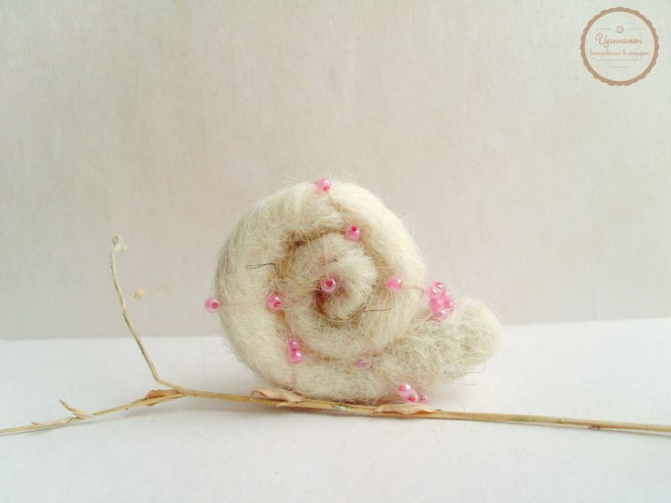 Day 16. I met a beautiful snail on may way in the morning and it gave me an inspiration. So, a snail brooch made of norwegian wool