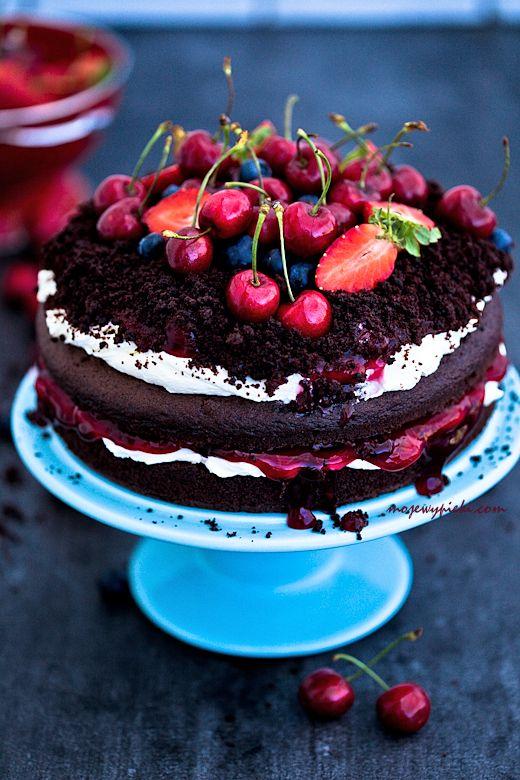 Torcik czekoladowy z owocami lata