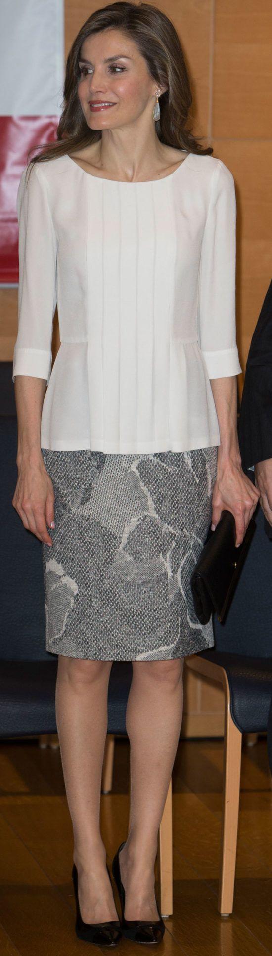La Reina Letizia finaliza su presencia en Girona con un look aburrido en blanco y negro, con piezas muy vistas de Hugo Boss. Eso sí, estrena bolso...
