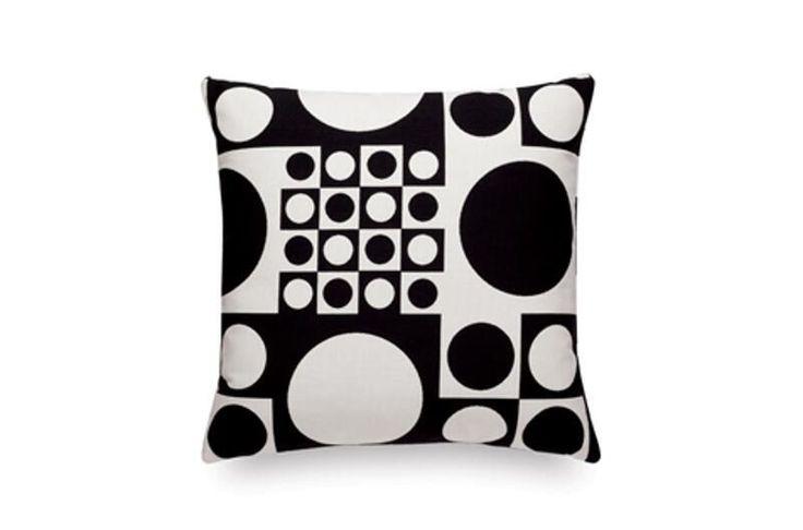 VITRA - Kissen Geometri, Maharam, Schwarz/Weiß, 40 x 40cm| SCHÖNER WOHNEN-Shop  Die Maharam Kissen verleihen mit ihrem bunten Design jedem schlichten Raum ein bisschen Farbe. Sie sind aus Maharam und mit Federn und Polyuretanschaum gefüllt. Dadurch sind sie auch noch gemütlich und ein Muss für jedes Sofa.