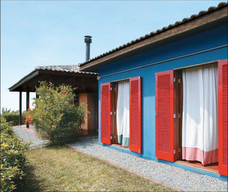 Casa rústica com piso de cimento queimado e melhor aproveitamento do aquecedor para o banheiro.