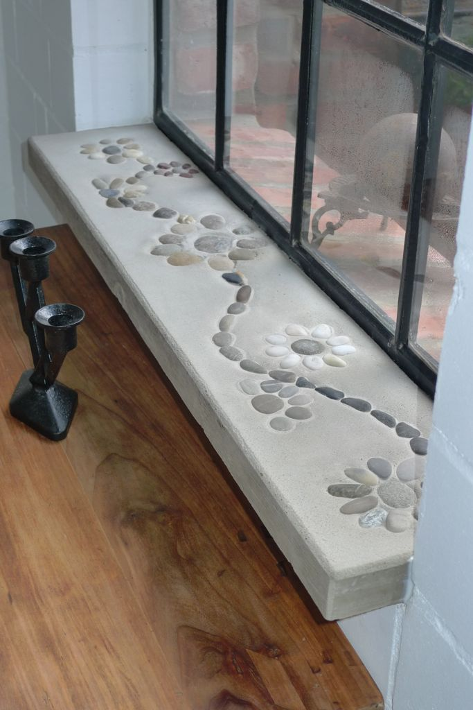 Nun ist das Gartenhaus winterfest und regendicht. Nach dem Aushärten schoben wir unsere eigensdafür angefertigten Innenfensterbänke unter die eingemauerten gusseisernen Fenster und dichteten von aussen mit Mörtel ab. Die in den Beton gesetzten Kieselsteinchenmuster verleihen unserer Hütte einen leichten Knusperhäuscheneffekt. Ist mal wieder was ganz Spezielles. (3.843 Besuche, 8 davon …