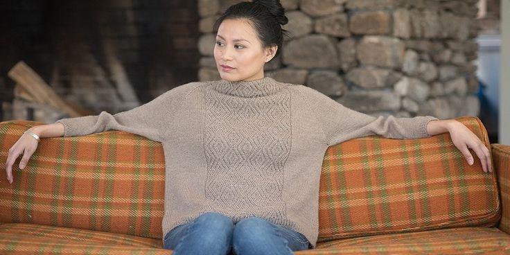 Свободный пуловер реглан с широким воротником стойкой из коллекции Berroco Portfolio Vol. 4. Широкое центральное полотно из перекрещенных ромбов, плавно переходящее в широкий воротник-стойку, составляет основу пуловера от дизайнера Эллисон Джейн.