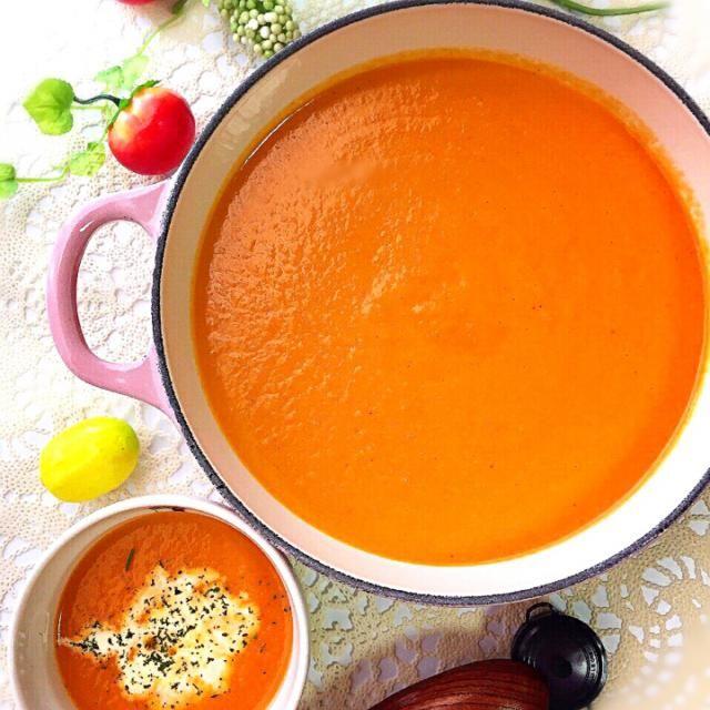 大好きな『Soup Stock Tokyo』の『オマール海老のビスク✨』 家で作れたらいいなぁと思っていたら、ネットで『なんちゃってレシピ』を発見!! 早速作ってみました〜  オマール海老じゃなくて『バナメイ海老』だから、お店の味と同じとはいかないけれど、うんうん!!似てる〜  これはこれで、十分美味しくて、家族にも大好評でした☺️  もしかして、Soup Stockのレシピで作ったら、もっと美味しいのかなぁ?✨ レシピ本買っちゃおうかなぁ? - 180件のもぐもぐ - なんちゃって「Soup Stock Tokyo」な「エビのトマトクリームスープ」 by kumi526