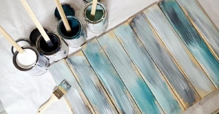 Elle applique différentes couleurs sur des planches, une fois terminé, son projet est MAGNIFIQUE!