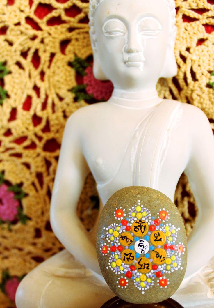 el mantra om mani padme hum pintado en una piedra sobre ttrabajo en puntillismo con acrílico.  Cosas que hago cuando estoy aburrido ;)