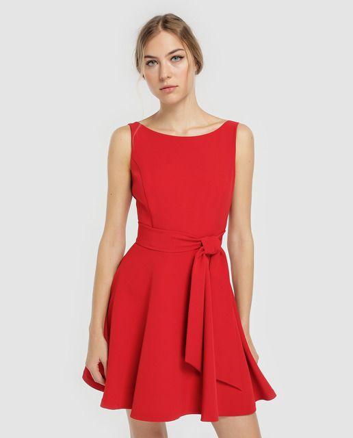 f77a09e8ef4 Vestido corto en color rojo, con adorno de lazada en la espalda. Sin mangas
