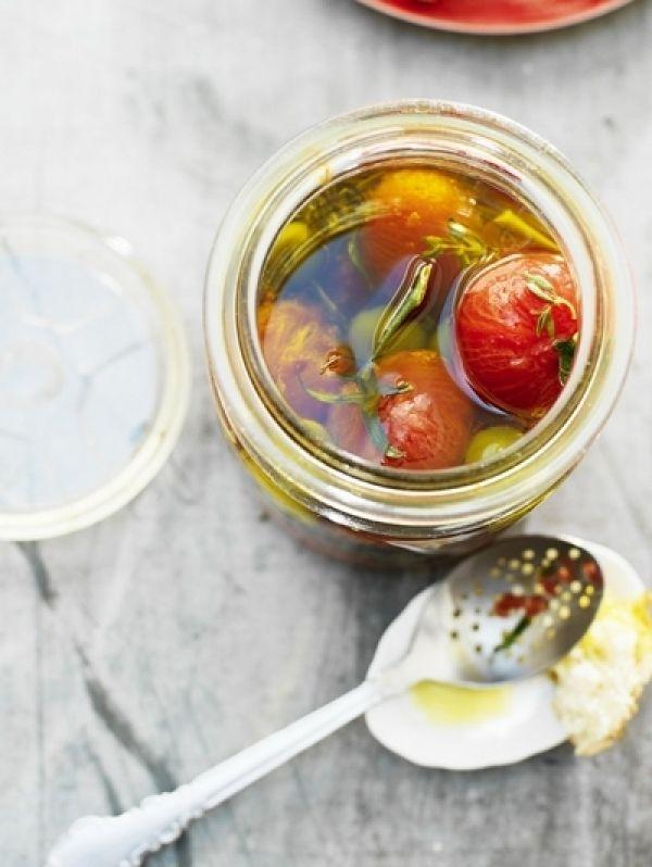 BEREIDINGVoor 1 pot. Verwarm de olijfolie, knoflook, rozemarijn en tijm op laag vuur in een steelpan met dikke bodem. Laat 15 min zachtjes doorwarm...