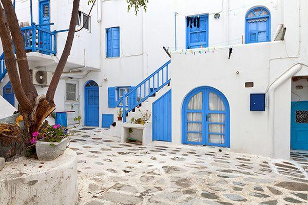 白壁の家 ギリシャならではの美しい景観を作り出しているひとつの要素が「白壁の家」。エーゲ海沿いに建つ民家はいずれも白い壁ですが、この壁には湿度調整効果や防水性にも優れた石灰が使われています。カト・ミリの丘から南バスターミナルまで続く道は住宅街となっており、その住宅街においても民家の壁はみな白く、ブルーの窓枠やドアが付いているのが特徴です。こうした白壁の民家と青い空、青いエーゲ海のコントラストは非常に美しく絵になる風景のため、写真を撮りながら散策してみるのもおすすめです。ツアーで訪れる旅行客の心を魅了するミコノス島の美しい景色を、たっぷり味わうことができます。白壁の家