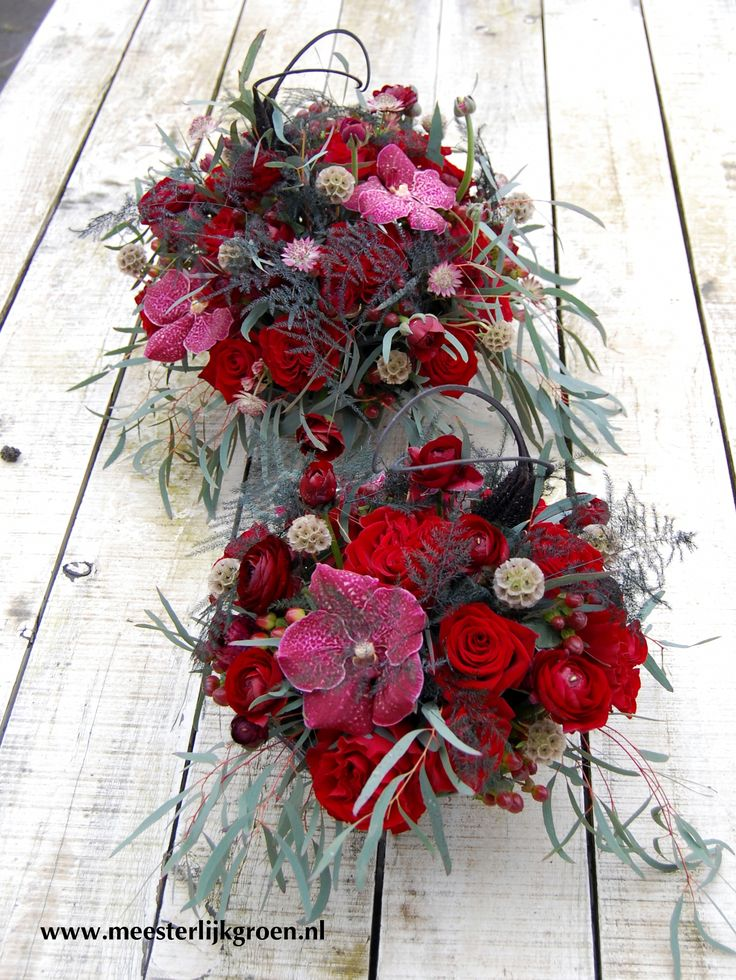 Tafelstukken / bruidsdecoratie in rood-zwart. Rode rozen, roze orchidee, asparagus, zaaddoos scabiosa, eucalyptus. www.meesterlijkgroen.nl