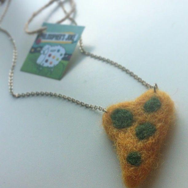 Felted heart necklace with faux chain. Περιδέραιο με λεπτή αλυσίδα και μάλλινη καρδούλα.