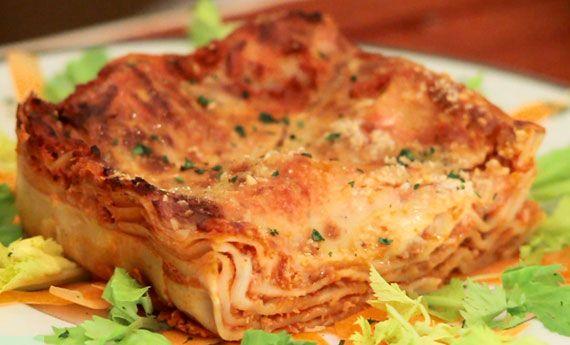 Le lasagne vegane più buone che abbiate mai preparato? Naturalmente sono quelle di 100% Green Kitchen: un ragù senza carne, una pasta leggera rigorosamente senza uova e una besciamella perfetta per chi non vuole o non può mangiare latticini! Per prima cosa vi starete chiedendo, sì ma il ragù con che cosa lo prepariamo? Con i  … Continued