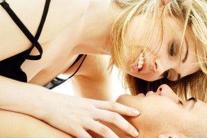 Nærbilde av kvinne som sitter over mannen, seksuell opphisselse, sexlyst- kåthet