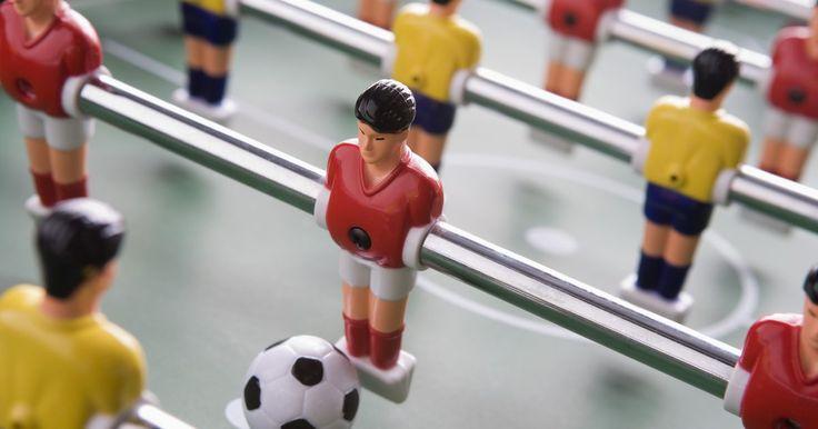 """Trucos para fútbol de mesa. El fútbol de mesa, también conocido como futbolín, es un popular juego con hileras de """"futbolistas"""" sujetos a unas varillas que sólo pueden moverse hacia los lados. Estas varillas son controladas por los jugadores en lados opuestos de la mesa, que tratan de mover una bola alrededor de ésta y hacia el arco del oponente. Una vez que domines los ..."""