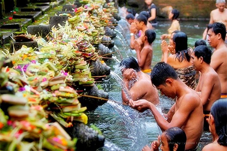 Adalah mata air suci Tirta Empul dari sungai Pakerisan, yang digunakan oleh masyarakat Hindu Bali sebagai tempat untuk memurnikan fisik maupun spiritual, atau dikenal sebagai melukat. Mata air ini terdapat di Pura Tirta Empul/Tampak Siring, Gianyar, Bali