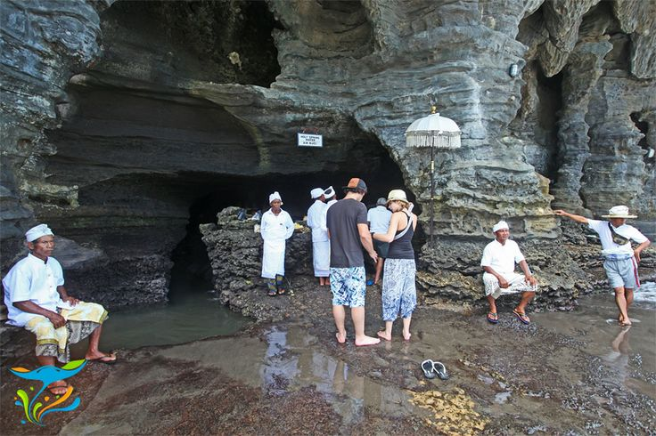 Pancuran air suci yang berada di bawah pulau karang tempat berdirinya Pura Tanah Lot.