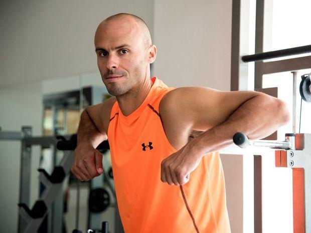 Ο Βαγγέλης Πολυμερόπουλος βγάζει το πρόγραμμα των ασκήσεων για τους μύες βιτρίνα του ανδρικού σώματος.
