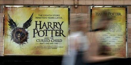 Til trods for, at den nye Harry Potter-bog er meget anderledes, sælger den helt vildt.