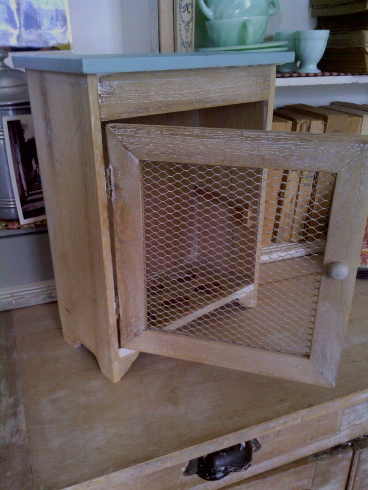 Ancienne petite armoire à oeufs chinée puis transformée et décapée