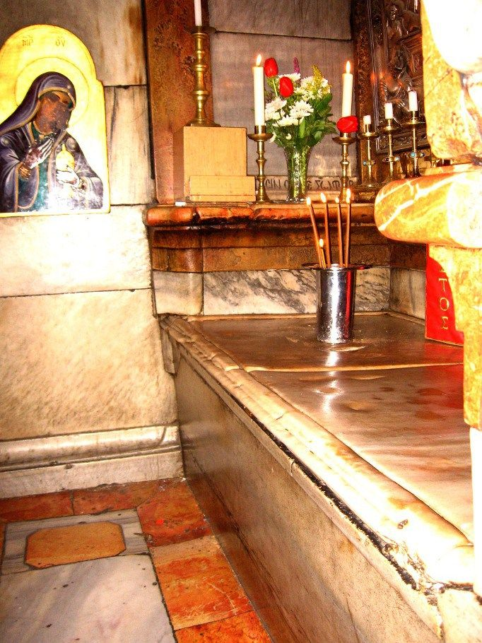 O pequeno ambiente que conserva a laje do Sepulcro de Jesus.