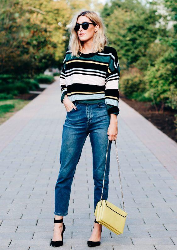 Suéter listrado, calça jeans reta, sandália preta scarpin