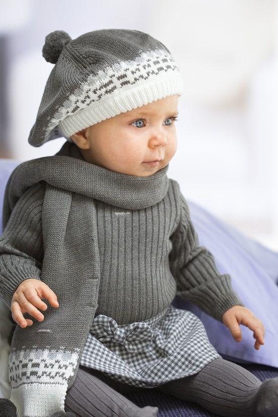 Bébé fille en gris.