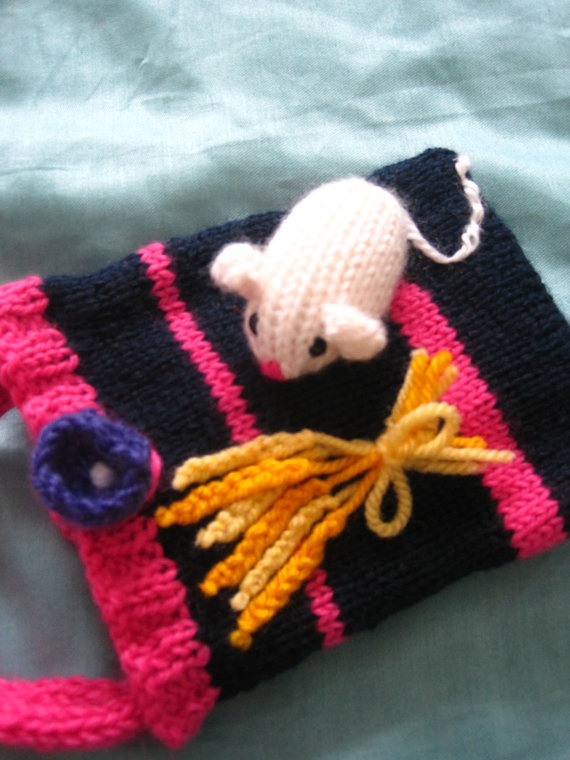 A gorgeous little knitted handbag with a mouse by BagsofCuriosity, £9.99