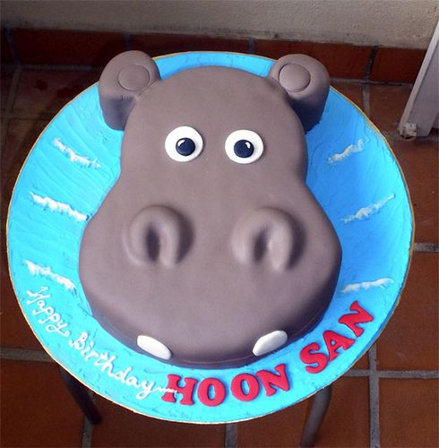 Zoo Party: Hippo Cake - easy enough for me to make. Baby shower- of it's a girl do a pink back ground if it's a guy keep it blue!