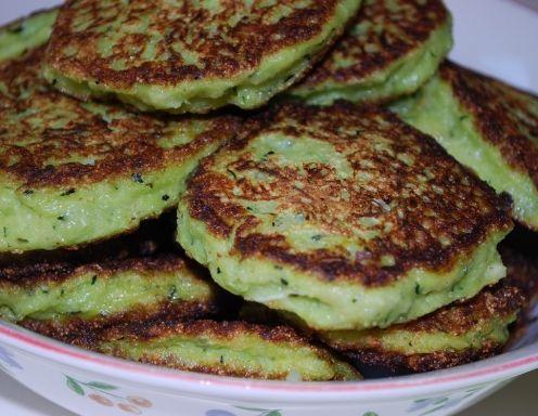 Für die Zucchini-Laibchen die Zwiebeln und den Knoblauch glasig anrösten. Die gewaschenen und ungeschälten Zucchini in Stifte schneiden. Den