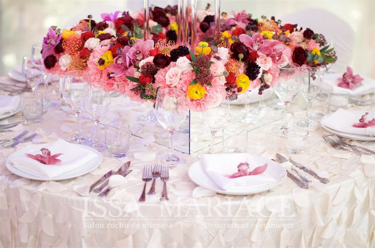 Decoratiuni nunta servete albe si aranjament floral multicolor IssaEvents 2017