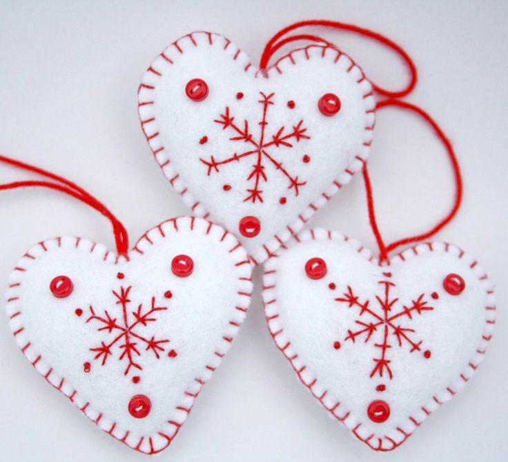 Juego de 3 blanco fieltro colgantes corazones, bordadas a mano con un patrón de copo de nieve rojo, con tres pequeños botones y un lazo para