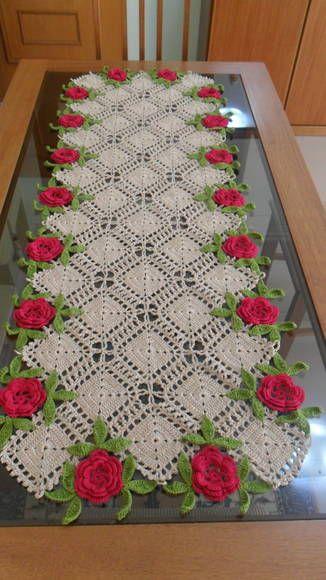 Caminho de mesa em crochê feito com linha nos tons bege, rosa e verde. Pode ser feito em outras cores e tamanhos, de acordo com sua necessidade.