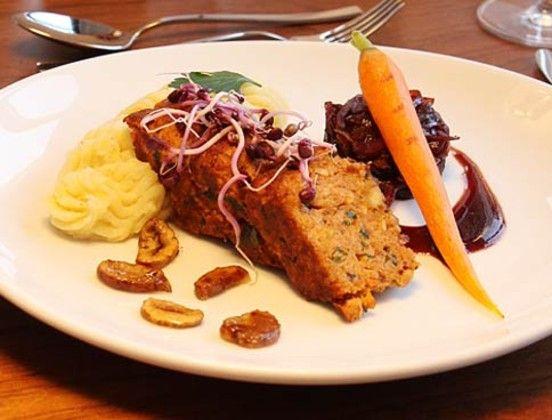 veganer Nussbraten - mit kandierten Maronen, glasierten Möhre, Rotweinzwiebeln und Kartoffelpüree