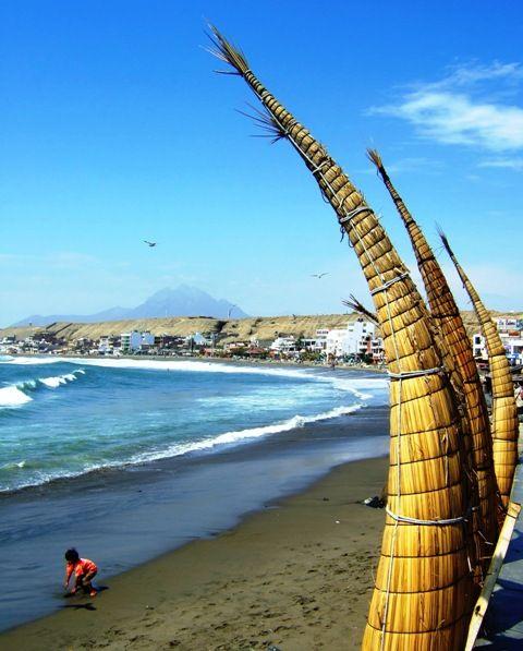 Trujillo playa Huanchaco y mirando los famosos Caballitos de Totora