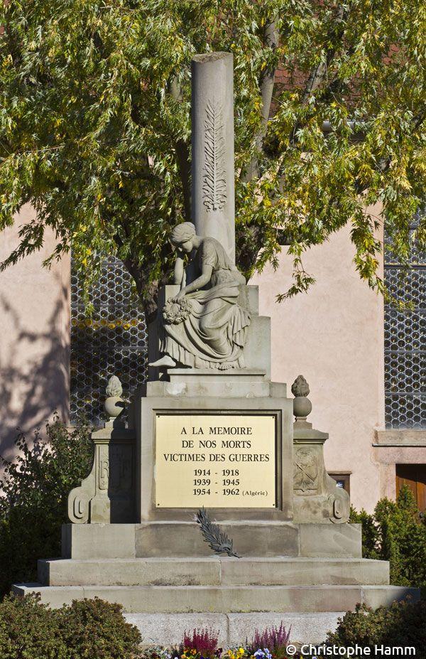 Muttersholtz (67) : Eglise protestante Saint-Urbain : Monument à la colonne brisée. Allégorie des vies brisées par la guerre, groupe sculpté vers 1920. © Christophe Hamm