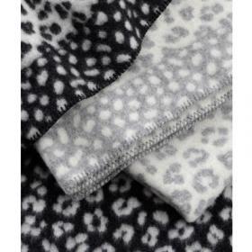 Gosig filt i ekologisk lammull för de minsta barnen. Tufft leopardmönster i design av Bitte Stenström för Klippan.