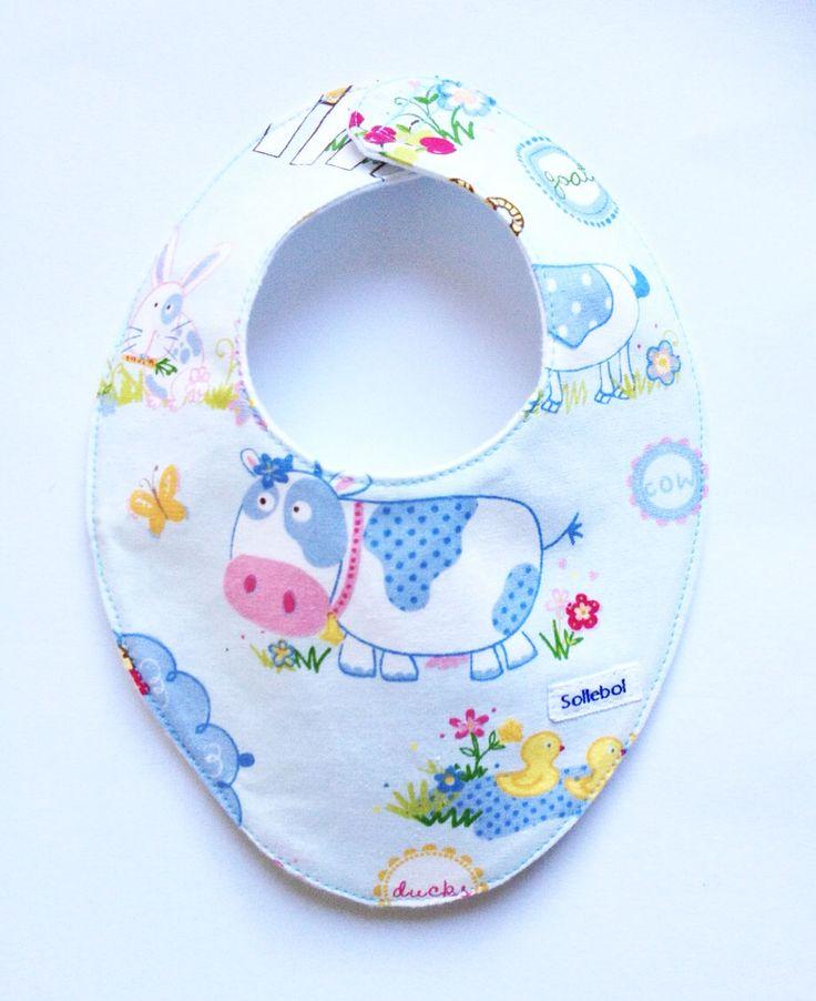 Deze schattige Animal farm bandana van Sollebol fleurt elke outfit op en is erg geschikt jonge baby's. Met een leuk dessin. De slabbetjes sluiten met behulp van klittenband. Dus makkelijk en snel om te doen. De slabbetjes kunnen goed gebruikt worden wanneer je baby veel spuugt of kwijlt.Dus ook handig bij doorkomende tandjes.  Materiaal: 100% Katoen Gevoerd met molton Afmetingen: +- 20 cm x 25cm