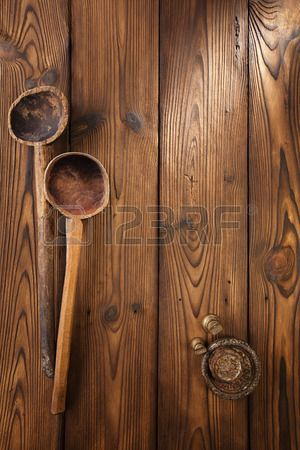 antieke vintage houten lepel op oude houten tafel in rustieke stijl Stockfoto