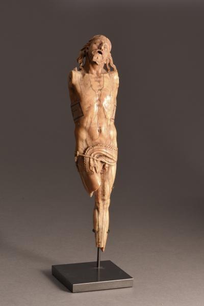 Christo Vivo en ivoire sculpté en ronde-bosse, daté 1632 sur le périzonium. [...], Le Temps des Collections - Moyen-Age et Renaissance à SVV Prunier EURL