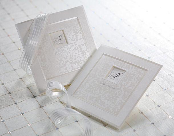 """B9021 är ett kvadratiskt inbjudningskort som ger en exklusiv känsla, mycket tack vare den vackra inramningen i skimrande champagne och mönstret som ger en känsla av linnepapper när själva pappret egentligen är slätt.   En utskuren kvadrat återfinns i mitten, där ett silverfolierat """"I"""" för invitation tittar fram. På framsidan, under rutan, återfinns även texten Invitation. Se detta och alla våra andra inbjudningskort på Exklusivia.se #brollopskort #inbjudningskort #brollop #exklusivia"""