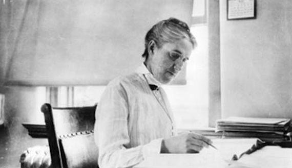 La astrónoma americana  Henrietta Swan Leavitt (1868-1921) descubrió una ley en las estrellas que permitiría calcular por primera vez grandes distancias en el Universo.En 1912 enunció la relación periodo-luminosidad o Ley de Leavitt, que determina la relación directa entre la luminosidad media de las Cefeidas y el periodo de su parpadeo. Gracias a ella, Hubble pudo calcular el tamaño de la Vía Láctea. Descubrió unas 2500 estrellas. No se la reconoció hasta después de su muerte.