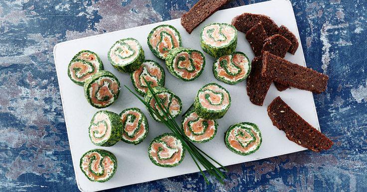 Lakseroulade er en lækker og indbydende forret, som kan laves i forvejen - så er der masser af tid til gæsterne! Prøv denne lakseroulade i en version med spinat og purløgscreme.