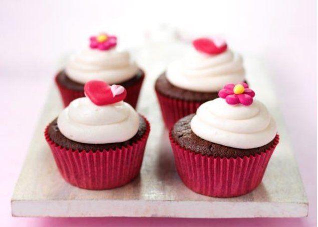 Chocolade cupcakes met kersenroom                              -                                  Mooi he? En ook nog eens erg lekker. Chocolade cupcakes met een kersen-Mon Chou toef.