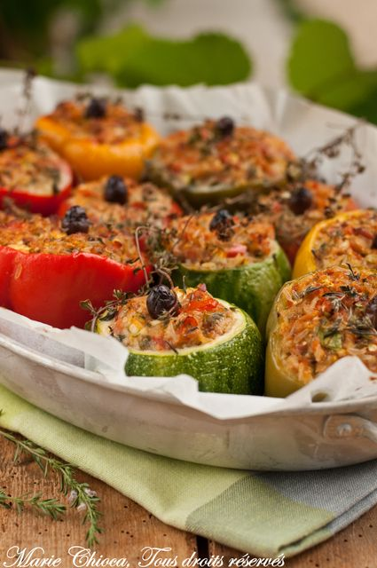 Petits farcis niçois : 4 tomates, 4 petits poivrons, 4 courgettes rondes, 2 oignons, 150g de jambon cru, 200g de viande crue au choix, 100g de parmesan, 200g de bonne sauce tomate, 80g de riz basmati complet ou de quinoa, 4 cuil. à soupe d'huile d'olive, persil, ciboulette, sarriette et/ou origan frais, quelques olives noires dénoyautées, sel et poivre.