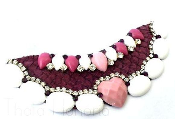 Cód: CN124  Maxi colar em couro de tilápia roxo com pedras de resina, strass e fita de cetim. R$ 40,00