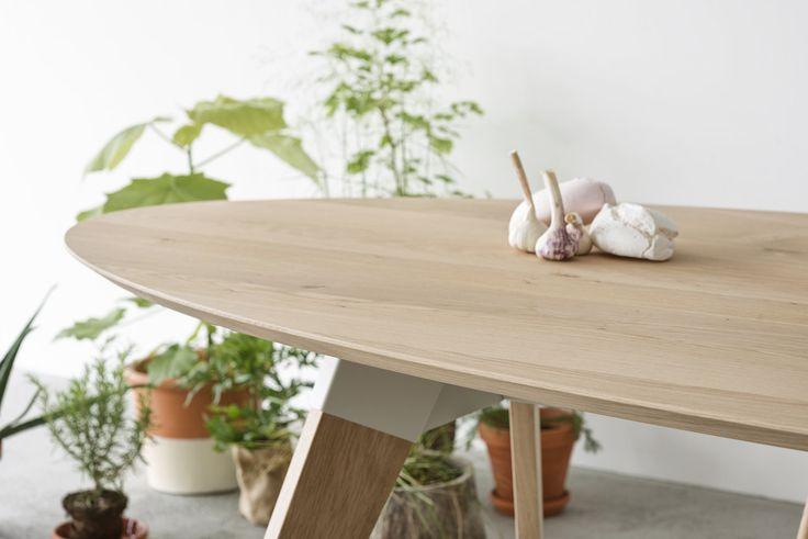 Tafel Lino heeft een ovale bladvorm. Verkrijgbaar met een slijtvast linoleum werkblad of in een massief houten uitvoering. Het frame bestaat uit een combinatie van hout en stoere stalen koppelstukken. www.houtmerk.nl/Tafel-Oormerk-Lino-bamboe-eiken-ovaal