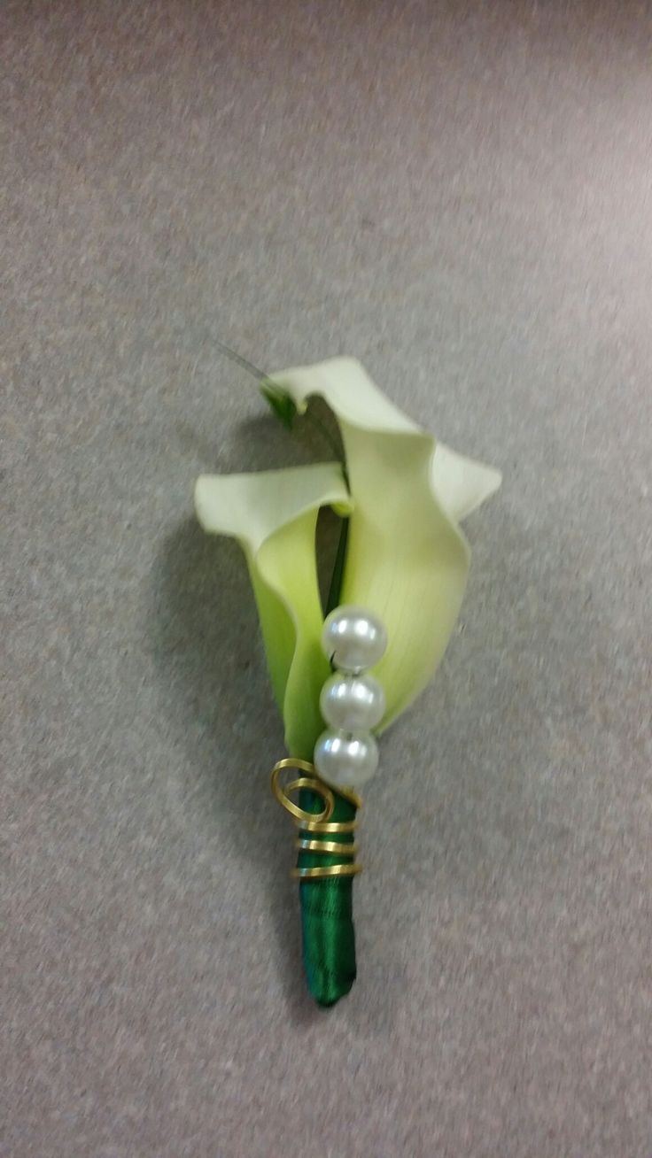 Calla lily groom boutonnière. emerald and gold wedding. www.yvanasdecor.ca