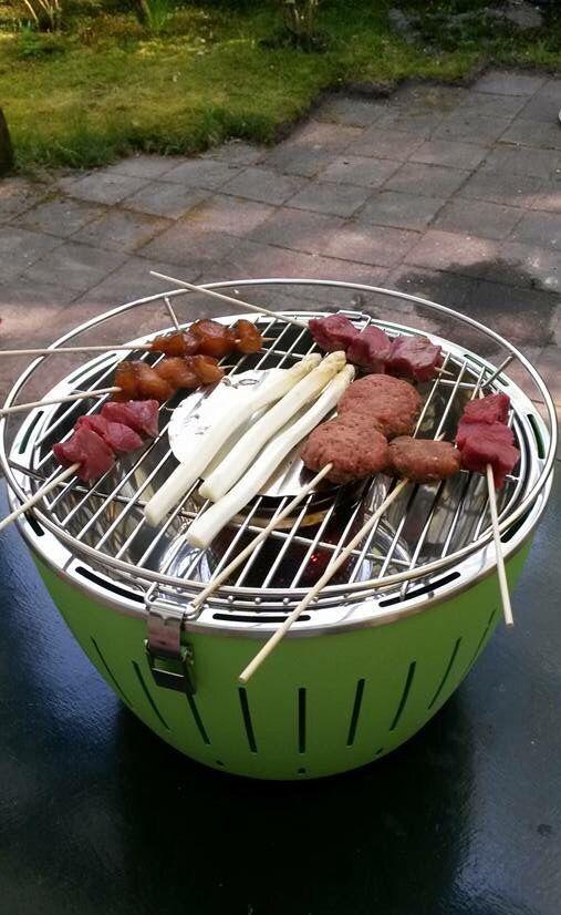 Groene tafelbarbecue | deze rookvrije Tafelgrill werkt op houtskool en is  in verschillende kleuren te verkrijgen | Kitchenoutlet.nl | #buitenkeuken | #koken | #grillen |