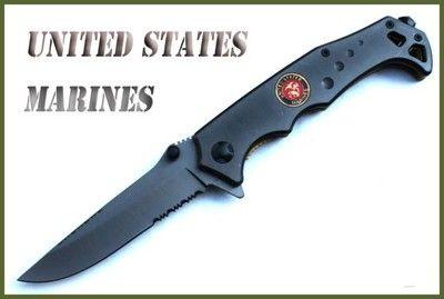3781 Těžký semiautomatic nůž UNITED STATES MARINES - Těžký semiautomatic nůž amerických mariňáků UNITED STATES MARINES - Polovyhazovací zavírací nůž UNITED STATES MARINES s probíjecím hrotem a klipem . Nůž je celokovový, s reliéfovým emblémem amerických námořních sil. - V zadní části nože je klips pro nošení za opaskem nebo oděvem, navíc lze odmontovat. Celková délka 220mm, čepel 95mm, slušná váha 210 g. Síla čepele: 2,8mm Pojistka nože je velmi bezpečná, typu Liner Lock.-přímý, vložkový…